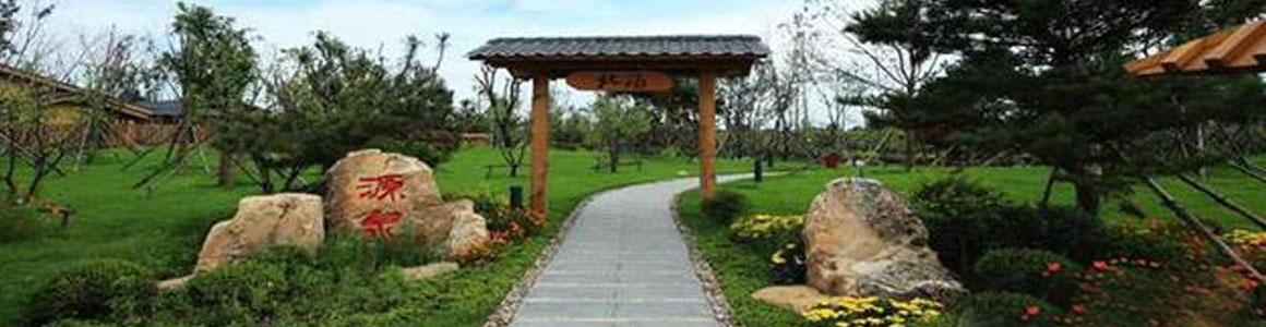 北汤温泉位于沈阳市沈北新区,作为辽宁省唯一生态旅游示范区,沈北新区拥有众多旅游资源。北汤温泉十公里范围内有怪坡风景区(AAAA级),周边半小时车程内,即拥有棋盘山国际风景区(AAAA级)、东北亚国家森林公园、辽河七星湿地公园、沈阳紫烟薰衣草公园等多个旅游景点。 经权威机构检测,北汤温泉属于碳酸氢钠型偏硅酸氟型医疗保健矿(温)泉,且温泉水中氡含量达到47.